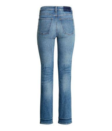 Deniminsininen. 5-taskufarkut joustavaa pestyä denimiä. Suorat lyhyehköt lahkeet ja korkea vyötärö.