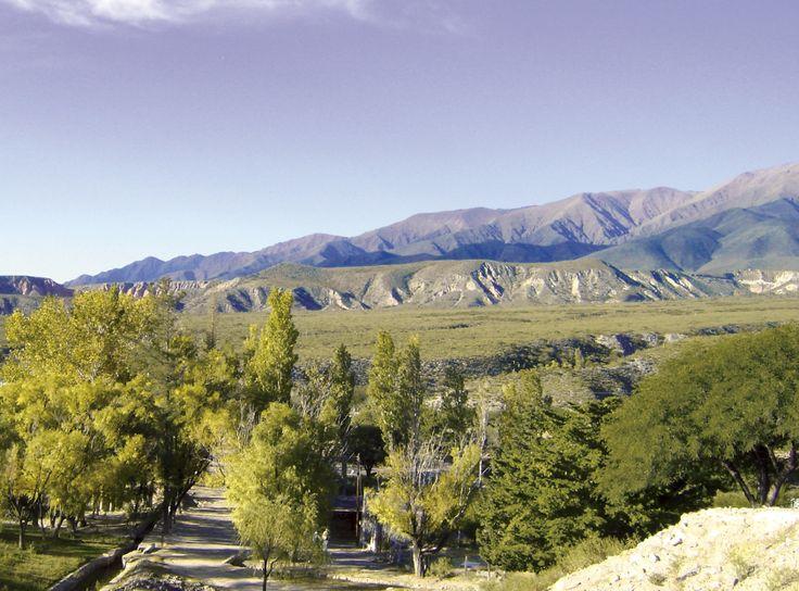 La elegida del sol. La localidad tucumana de Amaicha del Valle tiene 360 días de sol por año. Un lugar de belleza increíble y con uno de los climas más benévolos del mundo. Y desde el Dique Los Zazos hay vistas del valle como esta.