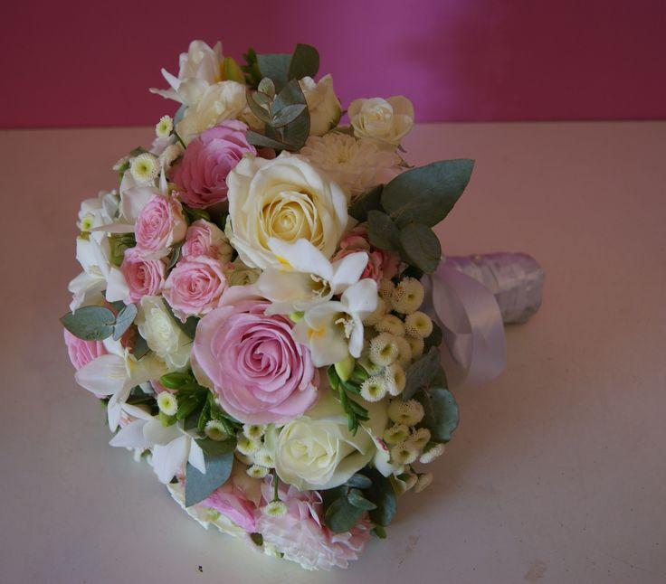 Bouquet de mariée blanc et rose clair.