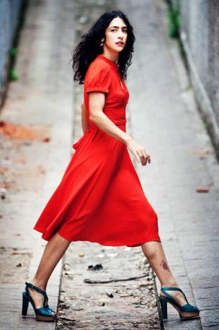De vestido vermelho