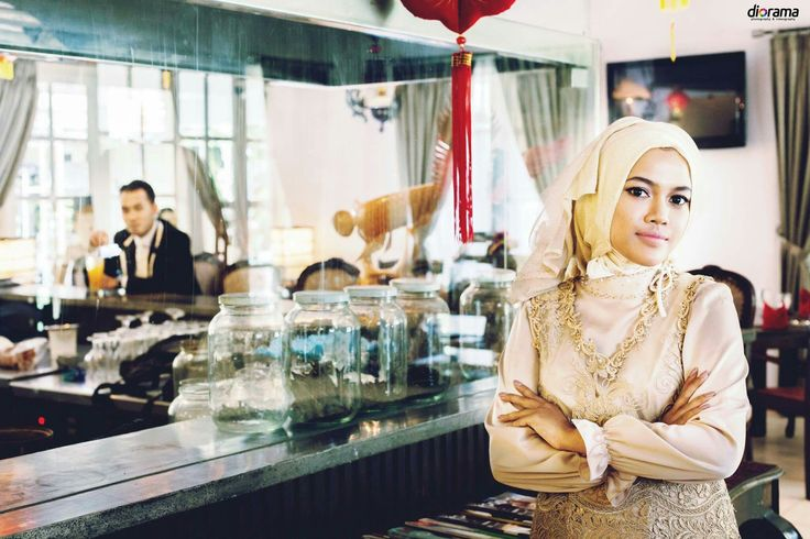 Prrwedding, Engagement, Modern, Hijab, Elegant, Indoor, Solo Indonesia by Diorama Fotografi