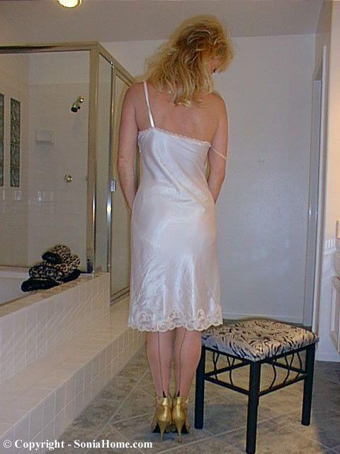 5613e30b2a9a Pin de Jaime Poque en Enaguas | Satin lingerie, Satin slip y Silk slip
