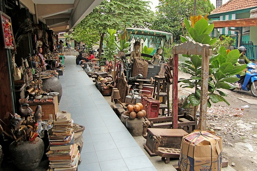 Pasar Windujenar Sala - Surakarta (Java - Indonesia). A stroll on the antique market of Surakarta is something you have to do. Even if you are not looking for something special.  More information about Surakarta (Solo) on Wikipedia - Surakarta