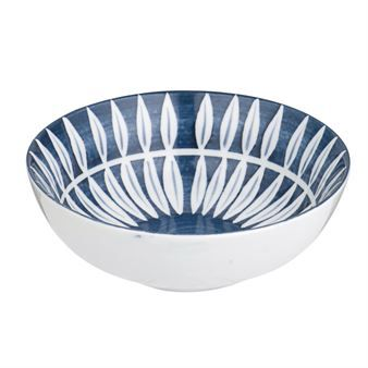 The Skagen Leaf bowl by Broste Copnehagen is a small bowl that comes in handy when cooking and serving. The bowl is made of glazed stoneware with a bright blue and white leaf pattern. Beautiful in combination with other pieces from the same collection.