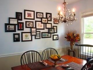 Sitkamer: Foto muur met net swart rame en helderkleurige foto's van verskillende groottes wat ons self geneem het.