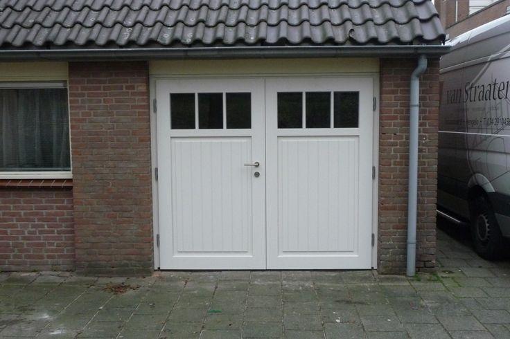 """Openslaande houten garagedeuren model """"Hengelo"""" Deurdikte 68mm Dark Red Meranti Loopdeur links of rechts openslaand (van buiten gezien) Symmetrische verdeling Deuren zijn voorzien van een zeer hoogwaardige isolatiekern voor de beste warmte-isolatie. Rubber tochtkader in zowel de deuren als het kozijn gefreesd zodat de deuren 100% tochtvrij zijn. Onderzijde van de deuren van een verticaal …"""