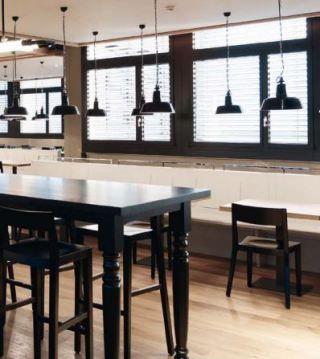 Een klassieke fabriekslamp waarvan het ontwerp stamt uit de Bauhaus periode. Handgemaakt van ijzer met porseleinen elementen.