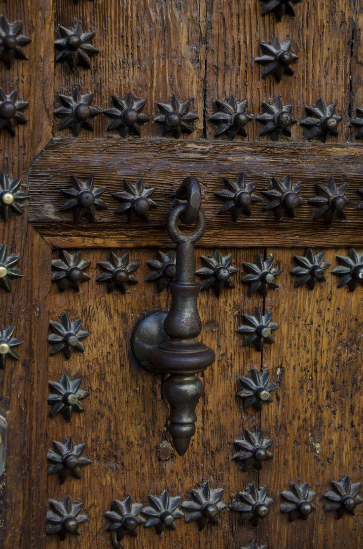 Detalle puerta en la plazuela Conde de Miranda