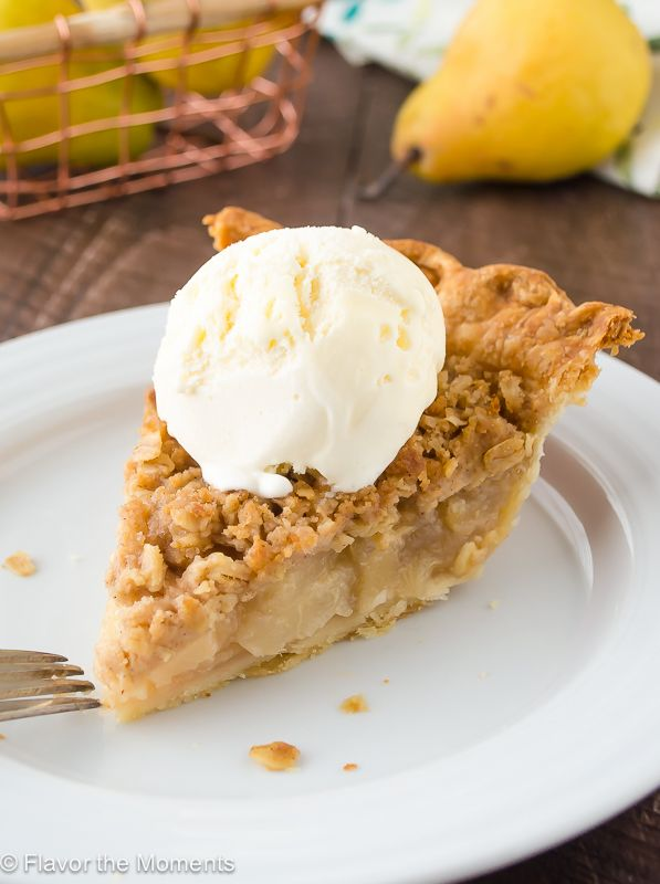 Pear Ginger Crumble Pie by flavorthemoments: An easy flaky pie crust filled with a juicy pear-ginger filling, topped with a delicious spiced oat crumble. #Pie #Pear #Ginger