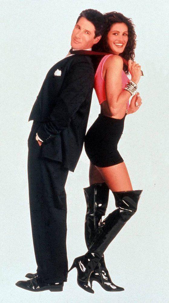 Julii v devadesátých letech proslavily umělé kozačky nad kolena.
