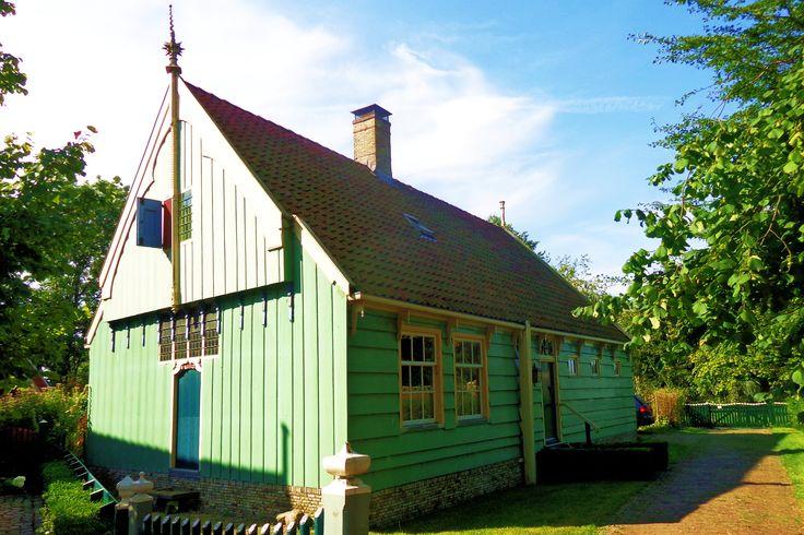 Op de Laan zie je een paar voorbeelden van typische Broeker huizen. Deze zijn niet geschilderd in het beroemde 'Broeker grijs', maar in lichtblauw, zeegroen en hemelsblauw. Het oudste huis van het dorp staat aan de Laan nummer 18 en is uit 1593.