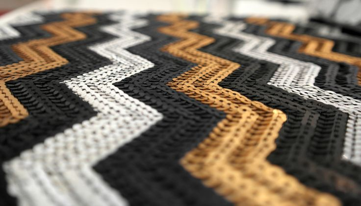 Paiete rotunde multicolor de 5 mm pe tul negru KX1877.  Latime (cm) 127 / 130; Diametru Paieta 5 mm;  Compozitie tul (%) Poliester 100%;