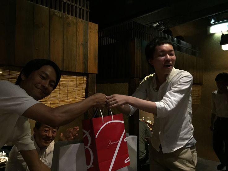 【9】夜の飲み会で、梅田さんからザックさんにお祝いを贈呈しました!突然のサプライズに本人もびっくり!!