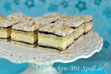 Schichtkuchen mit Puddingcreme, Pflaumenmus und Baiserhaube