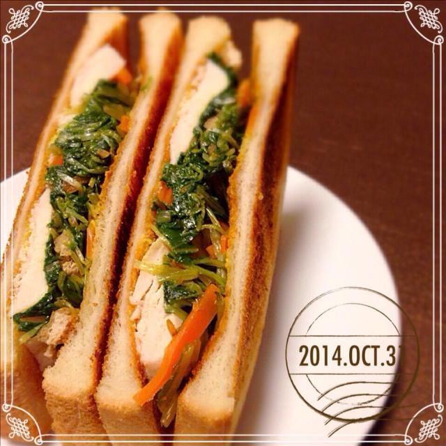 こんにちは。なんでもパンに挟む女、佐倉です。先日まちこさんのレシピで作った水菜がいっぱい食べれるやつを、今日は手軽にレンチン鶏と一緒にサンドイッチにしてみました。 今日はハロウィン弁当がたくさんアップされてますが、本日もわたしはブレずに(笑)サンドイッチです。 和食系お惣菜だし、ありかしら?と思いましたが、ありでしたよ。水菜の食感も残ってて、レンチン鶏にまぶした塩がきいて、いい感じです。 懲りずにつくフォトします。まちまちこさん、二度美味しいレシピでした*\(^o^)/*ありがとう〜♡ - 150件のもぐもぐ - まちまちこさんの 滋賀のお義母さんに教えてもらった水菜がいっぱい食べれるやつをサンドイッチにしてみた! by 佐倉
