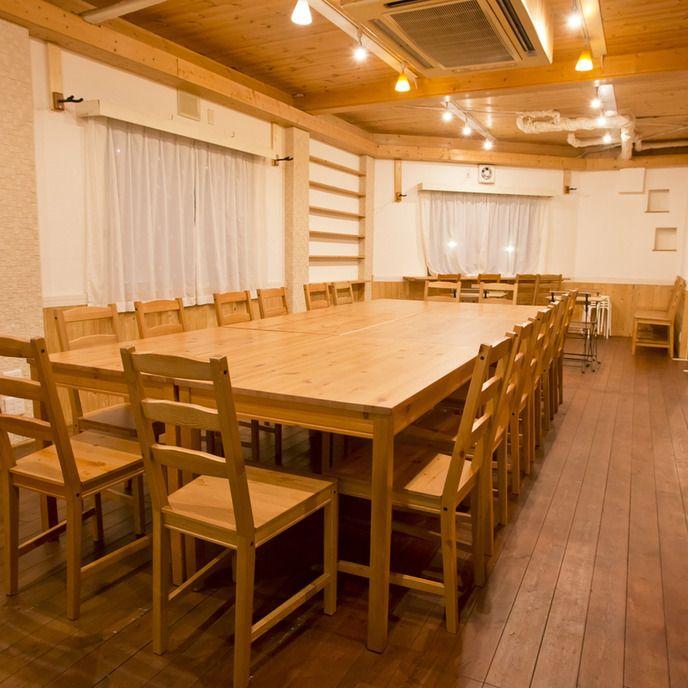 *5名以上のお子様がいらっしゃるご利用に関しては、事前にご相談ください(2階に立地する店舗のため)  大阪キッチン付きレンタルスペースTree roomとは、おしゃれなカフェのようなレンタルスペースです。イベントや個室での貸切パーティ、1日カフェなど様々なシーンで活躍する貸切会場です。 ママ会や、女子会、オフ会、ボードゲーム、ハロウィンパーティー、クリスマスパーティー、忘年会、新年会、会議、研修、打ち合わせなど様々な用途にお使いいただけます。  大阪にあるレンタルスペースの中でも、Tree roomはキッチン付きでおしゃれなイベントスペースとして多くの方にご利用頂いております。