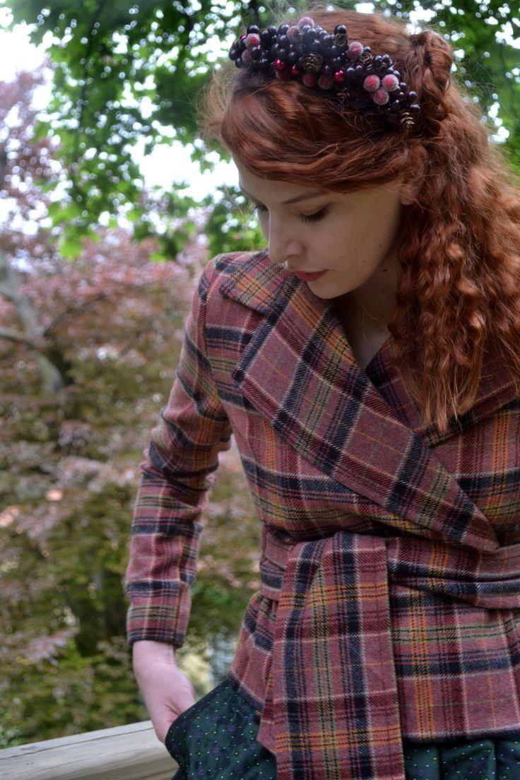 Zavinovací vlněný kabátek * skotské káro * Nádherné vlněná směsová látka s vzorem skotského kára na tomto zavinovacím kabátku :) ideální pro období jaro-podzim. Krásně vypadá k šatům, sukním i kalhotám. . Kabátek je vypodšívkovanývelmi kvalitní viskózovou podšívkou zlatavé barvy.  Velikost 38 konfekční - krásně se přizpůsobí proto udávám jen délku ...