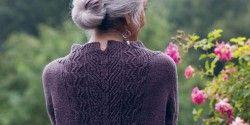 Пуловер с красивым узором на спине, вязанный спицами