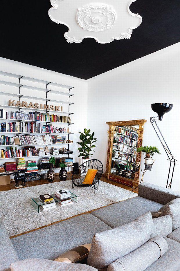 Czarny kolor optycznie przybliża sufit - wnętrze wydaje się bardziej przytulne. Sztukateria jest dziełem rzemieślnika z Bielska-Białej.