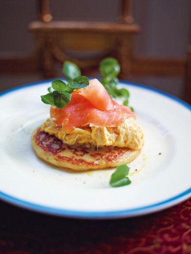 Картофельные оладьи по-шотландски  Картофельные оладьи по-шотландски - это значит, с яичницей и малосольной семгой. Идеальный завтрак, особенно на Масленицу.