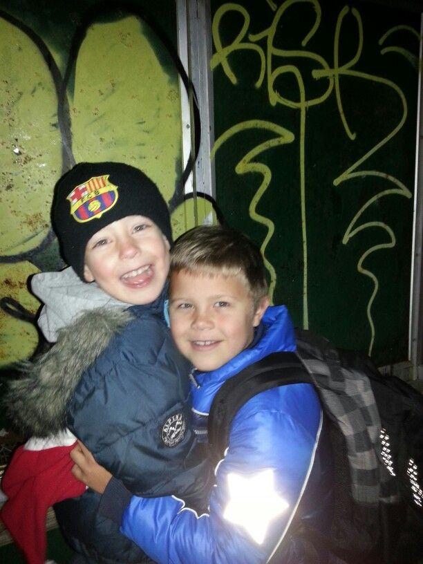 Gustov og Simon på vej til skole og børnehave.