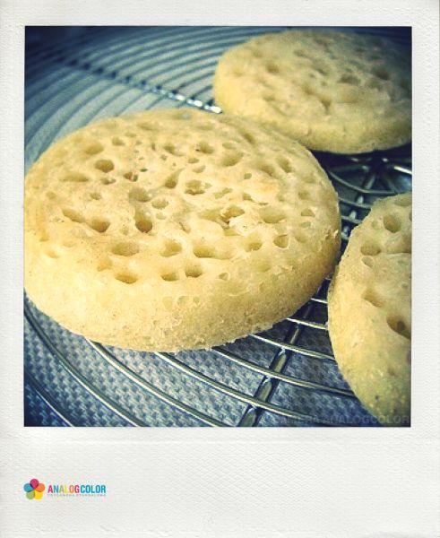 CRUMPETSX18 250gfarine 175ml eau 175ml lait 1 levure de boulanger 1petite cc sel  Mélanger farine, levure et sel. Fouetter avec lait et eau TIEDES. Lever pendant min 1h. Ne plus mélanger. Beurrer des cercles à pâtisserie, les déposer sur la poêle légèrement beurrée, faire chauffer à vide. Verser 1 ou 1.5cm de la pâte dans chaque cercle, cuire doucement jusqu'à ce que le dessus de la pâte n'est plus blanche mais jaune : sèche. Retirer les crumpets.