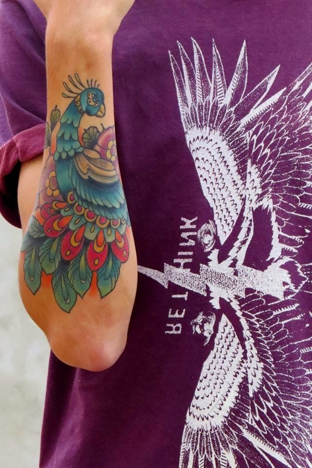 Tatuaje pavo real antebrazo