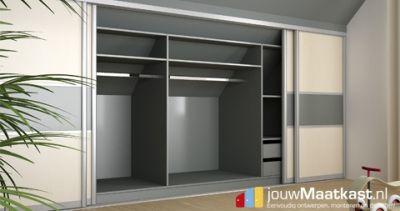 Deze kast met schuine wand achter is voorzien van schuifdeuren in 2 verschillende decors. Daarnaast zijn er kledingstangen in gehangen waardoor ook kleding een mooi plekje in de kast krijgt.