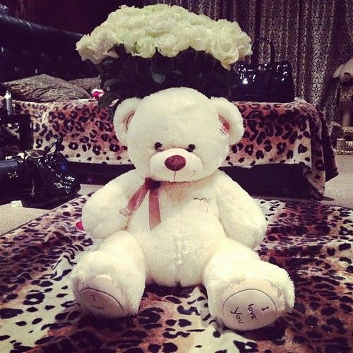 Big teddy bears and white roses.