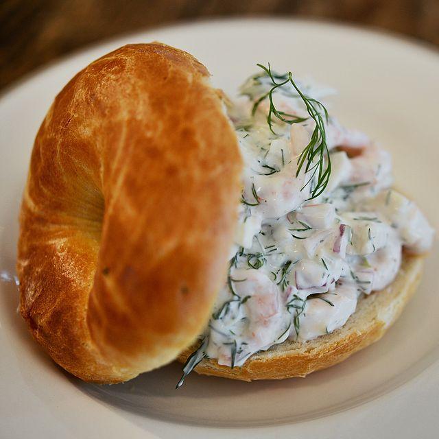 Denne rekesalaten er perfekt på rause smørbrød eller som små munnfuller på melbatoast eller små skiver av en baguette. Oppskriften er til 2 veldig rause smørbrød eller som appetittvekkere for 10-12
