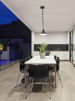 Candeeiro suspenso de teto exterior. Ideal para aplicação em jardins.