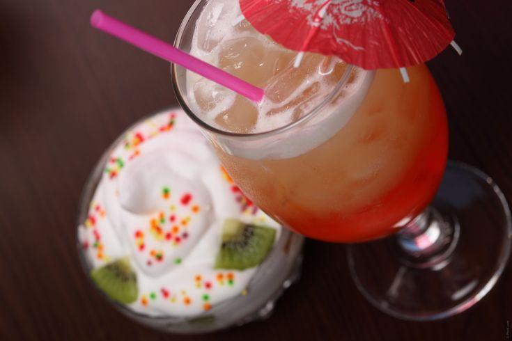INGREDIENTI 3 fragole succo di limone (1/10 del liquido totale) liquore di fragola (3/10 del liquido totale) rum (6/10 del liquido totale) ghiaccio a cubetti Raccogliere nel vado del frullatore le tre fragole – precedentemente lavate r asciugate-, il succo di limone, il liquore di fragola, il rum e i cubetti di ghiaccio. Avviare l'apparecchio alla massima velocità per alcuni ...
