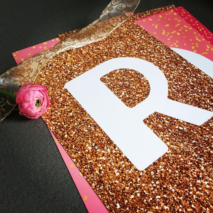 Roze, glitters en een gouden lintje 🌸 Deze slinger op A4 formaat [slingerthema Els] wordt vandaag kant-en-klaar bezorgd. Heel veel plezier ermee! Laat hem lekker shinen ☀️ www.LiefsLabel.nl