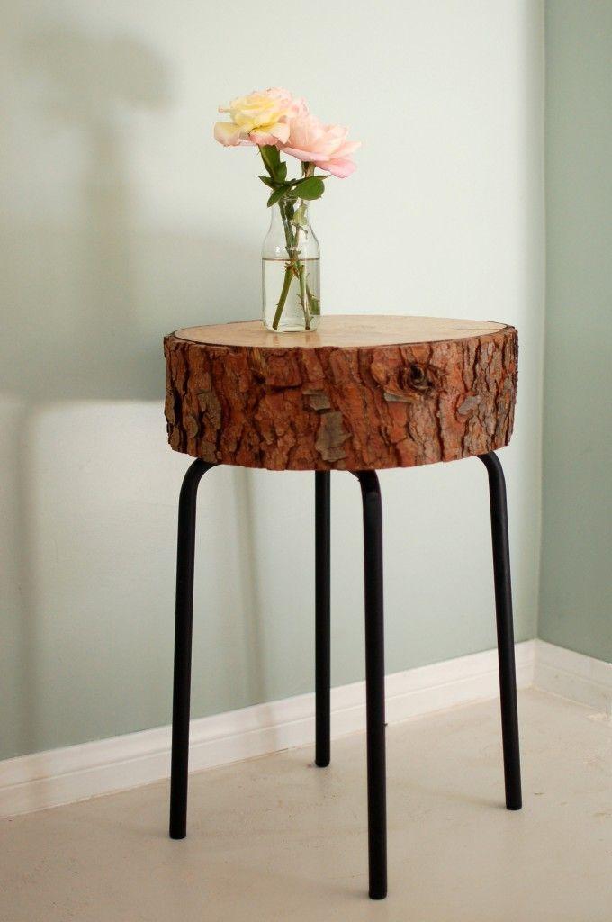 Ein Tisch aus einer Holzscheibe und vier Beinen: slice of tree trunk side table