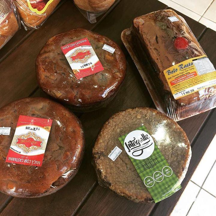 E para opção de um lanchinho delicioso mas saudável temos essas opções deliciosas bolo de banana da @integralledelicias açúcar/glúten/lactose o de maçã com castanha e o floresta negra do @bolo_rasta ! Corre pra cá e garanta seu lanche!! #armazemsaude #vidasaudavel #correproarmazemsaude #saudeempreirolugar #dicasdanutri #bologostoso #bolosaudavel by armazemsaude http://ift.tt/1sC6Uym