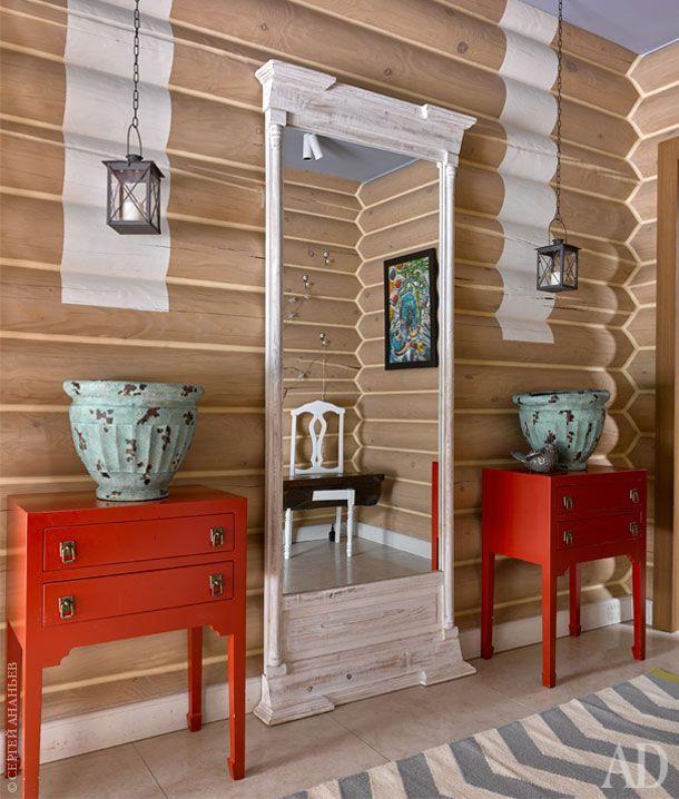 Тумбочки для прихожей изготовлены по эскизам авторов в итальянской столярной мастерской. Зеркало от Restoration…