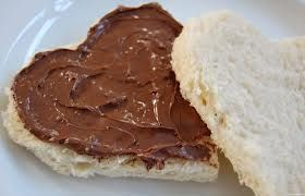 pane a forma di cuore spalmato al cioccolato