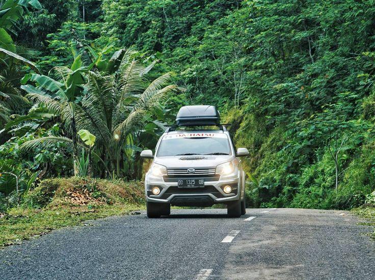 Acara road trip akan lebih asik kalau tidak salah pilih kendaraan. Tentunya kriteria utama adalah kendaraan yang bisa digunakan dengan nyaman di segala medan.  Mulai dari jalan mulus hingga jalanan kasar tanpa aspal . Nah kira-kira kriteria mobil yang cocok buat road teip versi kalian yang kayak gimana sih? Pengen tahu deh. Coba share di komentar yak :) . Lokasi: Jalanan di Pulau Halmahera yang meliak-liuk kayak ular..  . . . #indonesiabanget #Terios7Wonders #wonderfulmoluccas…