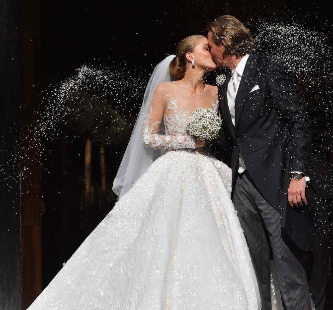 Was für ein Prinzessinnen-Brautkleid! Vier Wochen nach der standesamtlichen Hochzeit gab Victoria Swarovski ihrem Liebsten Werner Mürz nun auch kirchlich das Ja-Wort. In einer atemberaubenden Prinzessinnen-Robe aus blütenbestickter Spitze und transparenten Details sah die 23-Jährige hinreißend aus. Der philippinische Designer Michael Cinco entwarf die Sonderanfertigung für Victoria. Alle Kristalle, die in dem Kleid verarbeitet wurden, stammen –natürlich – aus dem Hause Swarovski.