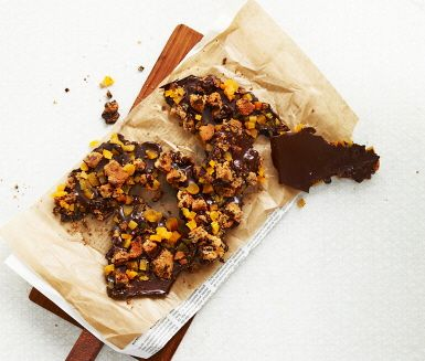 Recept: Chokladbräck med torkade aprikoser och kaksmulor