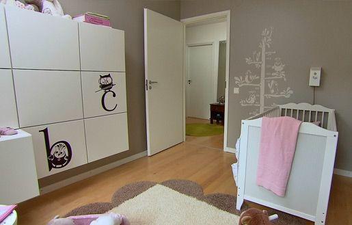 Oven vieressä on mittapuutarra #vauvanhuone #babyroom #baby #romanttinen #hempeä #maalaisromanttinen