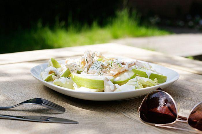 Recept: Lunchsalade met witlof, appel en forelfilet... Heerlijk op een zomerse dag en laag in calorieën! Voor meer lekkere recepten bekijk www.insideandout.nl - recept gezond mager zomers eten