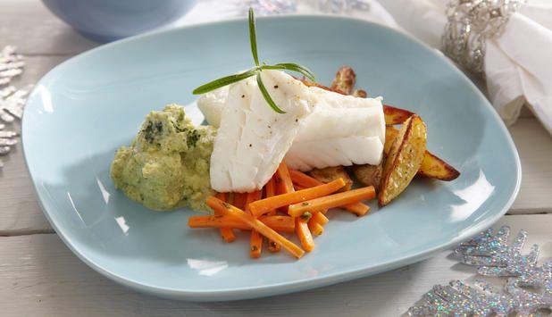 I denne oppskriften får torsken en fantastisk smak med krydder og urter i kokevannet. Som tilbehør er det brokkolikrem, appelsinglaserte gulrøtter og ovnsbakte poteter.