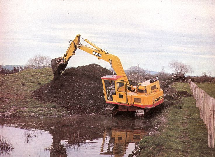 Clearing flood water from a clogged open drain near Masterton in 1974 is Masterton Metal Co's HD550. The HD550 was powered with a Perkins 4.236 diesel and weighed around 14 tons. Rather austere in appearance, the HD550 did a good job nevertheless. (Photo: Author's collection)