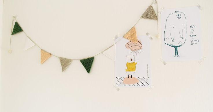 Naast de papieren puppy's maakte ik alstweede budgetaccessoire voor de babykamer een gehaaktevlaggetjesslinger.Van een restje garen van ...