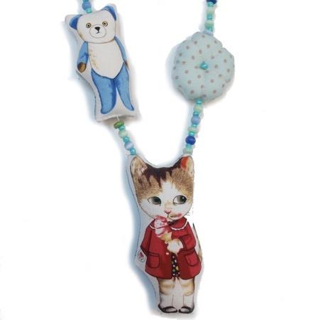 Fargerikt smykke med perler, blomst teddybjørn og pusekatt