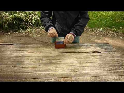 Маленький кешхолдер на 2-4 карты и несколько купюр. Купюры можно положить в кешхолдер легко, не расширяя его. Обратите внимание на то с какой лёгкостью затал...