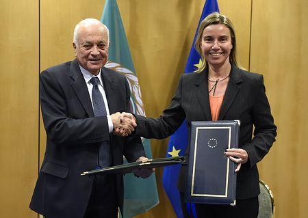 19日、ブリュッセルの欧州連合(EU)本部で、アラビ・アラブ連盟事務局長(左)と握手するモゲリーニEU外相(AFP=時事) ▼20Jan2015時事通信|イスラム圏と新テロ対策開始へ=仏事件受け情報共有も-EU http://www.jiji.com/jc/zc?k=201501/2015012000029