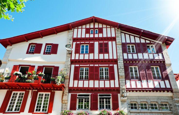 Maison typique du Pays Basque à Saint-Jean-de-Luz © Alexander Demyanenko…