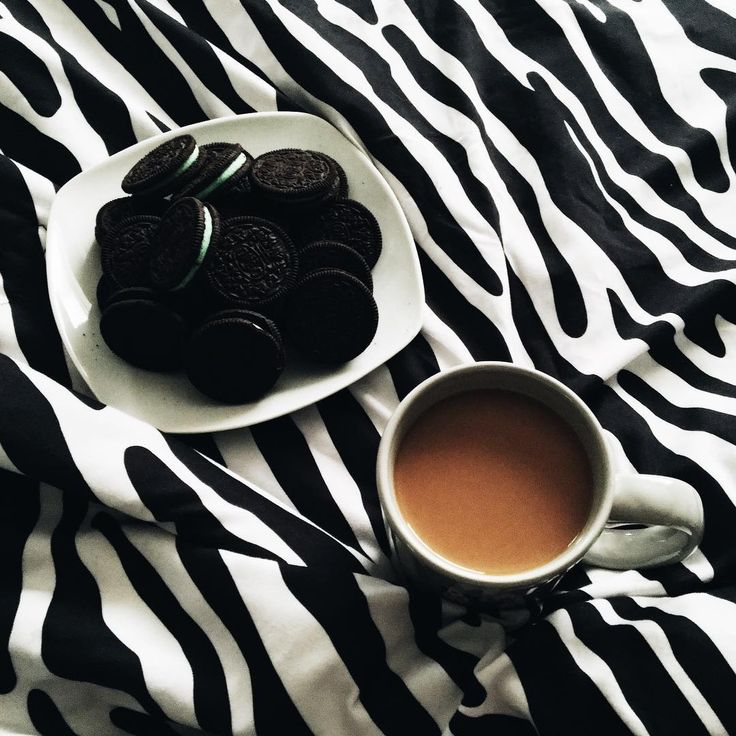 Morning, people 🖖🏼😚 How can I get rid of nightmares? Since I came to the US, I've been having nightmares every night 😔 С тех пор, как переехала, не могу восстановить режим ☀️🌝 Вчера ворочалась до полтретьего ночи, сегодня проснулась раньше мужа, в семь. И снится черт знает что - то трупы, то просто давящие на психику ужастики 😩 Нужно начать пить ромашку ☕️🌸 #MintOreos #CoffeePlease #BreakfastInBed #trvlblog